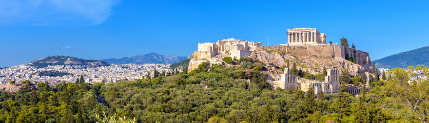 Photo sur Aluminium Athenes Landscape of Athens city with famous Acropolis, Greece. Old Acropolis is a top landmark of Athens. Panorama of Athens with classical Greek ruins. Scenic view of majestic remains of ancient Athens.