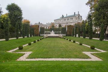 Wien: Im herbstlichen Volksgarten mit Blick auf das Kaiserin Elisabeth Denkmal und das Burgtheater