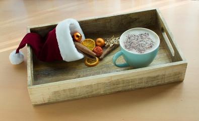 Frühstückstablett aus Holz mit Kaffee und Weihnachtsdekorationen
