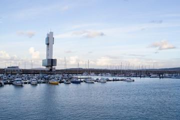 Puerto deportivo y Torre de vigilancia marítima en el puerto de La Coruña