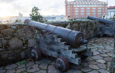 Piezas de artillería antiguas situadas en el mirador del Parrote en  La Coruña