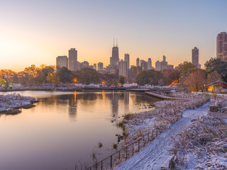 Fototapete - Chicago downtown skyline Lincoln Park sunrise morning pond snow