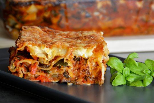 Frische hausgemachte vegetarische Lasagne gefüllt mit Zucchinis, Auberginen und Paprika, mit einer knusprigen Käsekruste