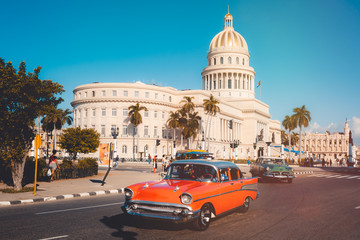 Papiers peints La Havane Vintage cars next to the iconic Capitol building in Havana