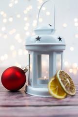 Fototapeta Świecznik, lampion w świątecznym nasroju z czerwoną bombką i suszonymi owocami obraz