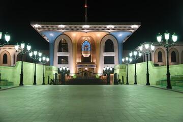 Oman Muscat Palast Sultanspalast Regierungsviertel Altstadt Nacht Abend beleuchtet Sehenswürdigkeit Top 10 Qasr Al Alam Der blühende Flaggenpalast Amtssitz Laternen Mosaik anglo-indischer Stil Sultan