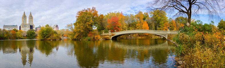 Fototapete - New York City Central Park fall autumn foliage Bow Bridge