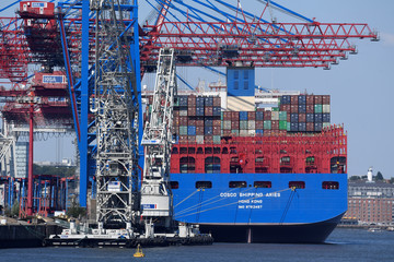 """Chinese container ship """"Cosco Shipping Aries"""" is unloaded at a loading terminal in the port of Hamburg"""
