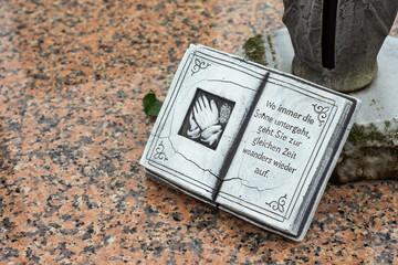 Steinbuch mit Spruch auf Granitplatte - Wo immer die Sonne untergeht, ...