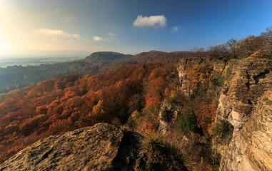 Herbstliche Hohensteinklippen im Süntel zur Laubfärbung