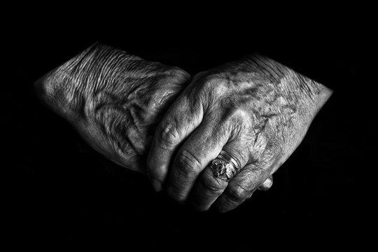 le mani di un'anziana