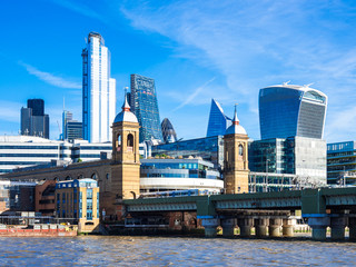 テムズ川とシティ・オブ・ロンドンの高層ビル
