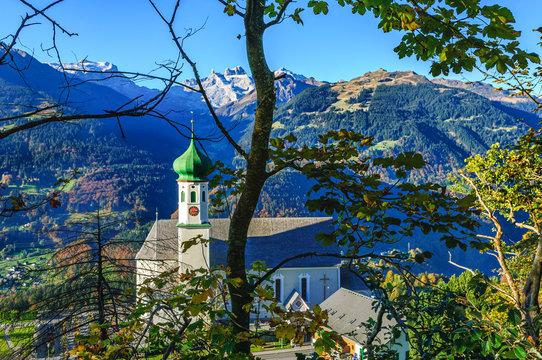 Herbstliche Szenerie im Montafon mit barocker Kirche