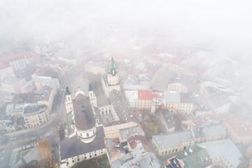 Lublin we mgle widziany z lotu ptaka. Wieża Trynitarska i Katedra. Miasto we mgle.