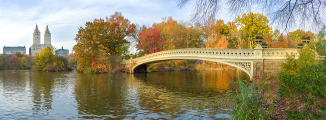 Fototapete - New York City Central Park fall foliage at Bow Bridge pond