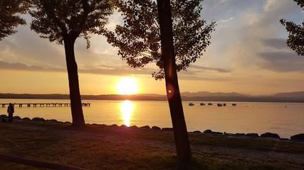 Foto auf Leinwand Braun Sonnenuntergang am Gardasee