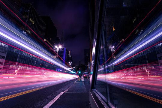 Reflexo de movimento do trânsito em grande avenida - Avenida Paulista, São Paulo, Brasil
