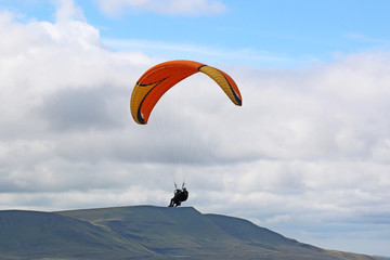 Fototapete - Tandem Paraglider in the Brecon Beacons, Wales
