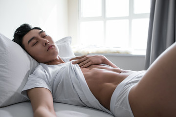LWTWL0024264 chinese guy posing on bed