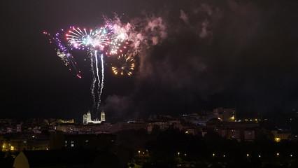 Fuegos artificiales en la ciudad por la noche Fototapete