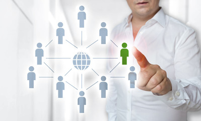 Netzwerk Touchscreen Konzept wird von Mann bedient.