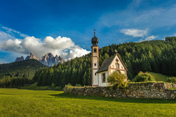 St. John church in front of the Odle mountains, Funes Valley, Dolomites, Italy Fotomurales