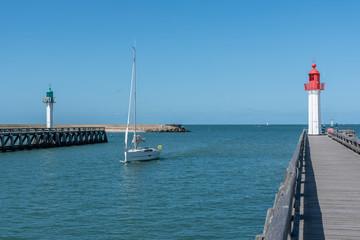 Segelboot in der Hafeneinfahrt von Trouville-Sur-Mer, Normandie, Frankreich