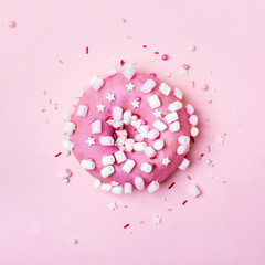 Fototapete - Pink donut with marshmallows and sprinkled. Minimal concept. Flat lay