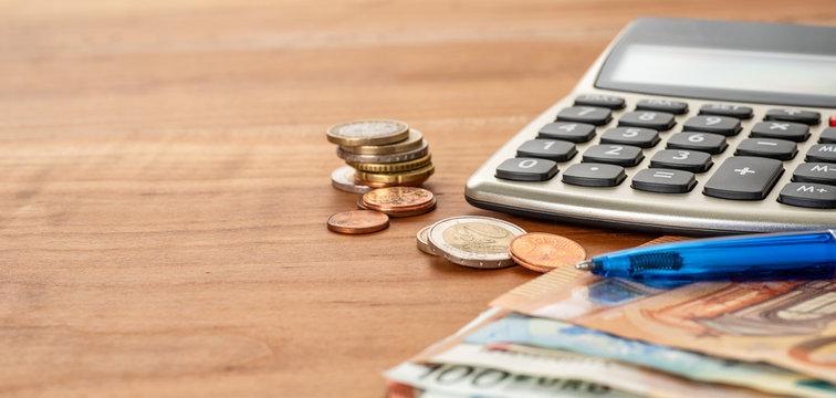 Taschenrechner und Geld mit Textfreiraum