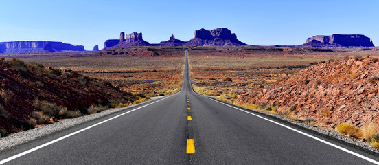 Road into the red rock desert landscape of Monument Valley, Navajo Tribal Park in the southwest USA in Arizona and Utah Fotomurales