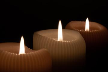 Paląca się świeczka, zbliżenie na płomień