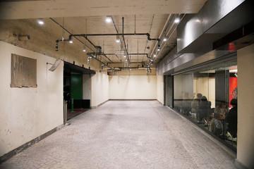 古いビルの地下の空き空間、ギャラリー、カフェ