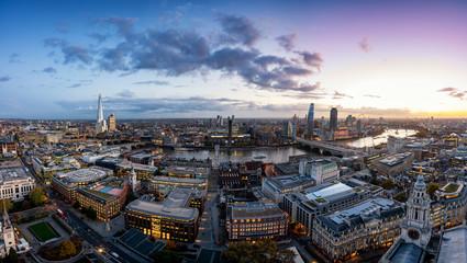 Fotomurales - Weites Panorama der beleuchteten Skyline von London am Abend nach Sonnenuntergang, Großbritannien