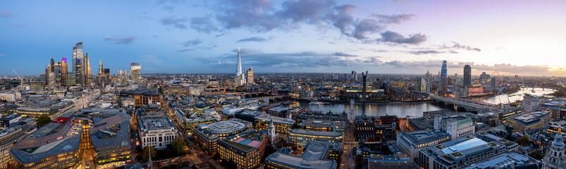 Fotomurales - Weites Panorama der Skyline von London am Abend: von den Wolkenkratzern der City über die Tower Brücke entlang der Themse bis nach Westminster, Großbritannien