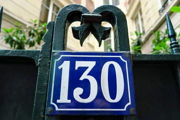Numéro 130. Plaque de nom de rue. Paris.