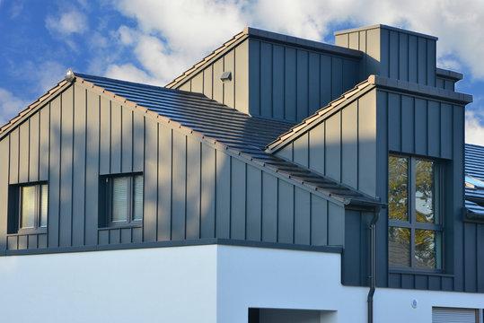 Stehfalz-Metall-Fassadenverblendung des Dachgeschosses