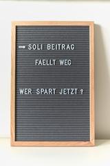 Abschaffung Soli Beitrag Bundestag- Spruch auf Letterboard - Solidaritätsbeitrag