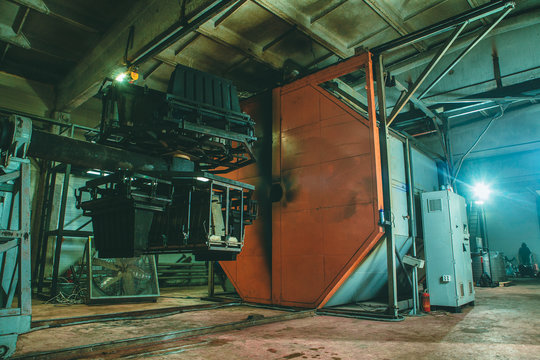 Molding and cast press machine for the manufacture of plastic parts using polymers