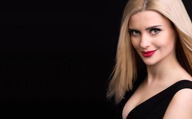 portret pięknej kobiety na czarnym tle