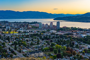 Kelowna British Columbia and Okanagan Lake from Knox Mountain at sunset Fototapete