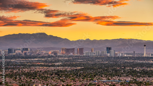 Fotomurales Panorama cityscape view of Las Vegas at sunset in Nevada, USA