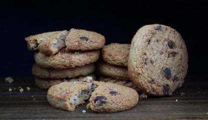 Fototapeten Kekse chocolate chip biscuits on black background