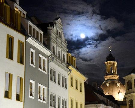 Nächtliche Silhouette Dresdens mit Kuppel der Frauenkirche bei Vollmond