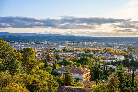 Vue panoramique sur la ville Aix-en-Provence en automne. Coucher de soleil. France, Provence.
