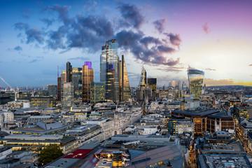 Fotomurales - Die neu gebaute Skyline der City von London mit den modernen Wolkenkratzern nach Sonnenuntergang, ohne Kräne, Großbritannien