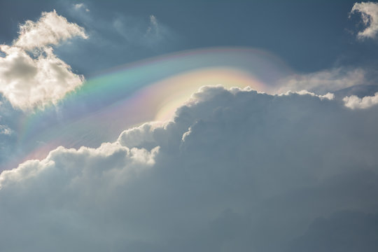 The cloud iridescence or irisation, colorful optical phenomenon that occurs in a cloud due to diffraction of light caused by small water droplets. In Brazil, MG.