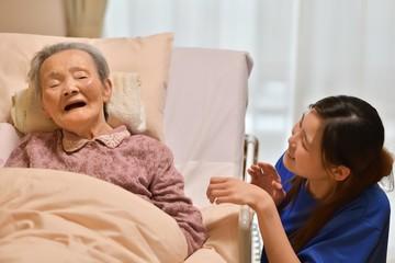 老人介護施設・ベットでくつろぐ母