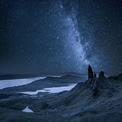 Poster Night blue Milky way over Old Man of Storr in Scotland