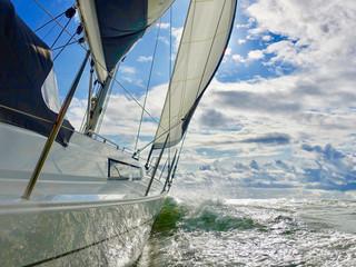 Segelyacht auf dem Meer mit viel Wind