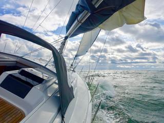 Segelyacht im Sturm auf der Ostsee